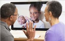 Abuelos saludando a sus nietos durante una videollamada.