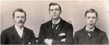 Una foto con Rowland Bingham, Walter Gowans y Thomas Kent presentes.