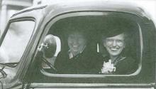 Mary Haas, amigo de Henry Ford, recibiendo un nuevo camión – ¡El primero de la línea de emsamble!