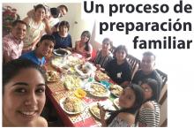 Una familia: Abuelos, papás y hermanos teniendo un compartir.