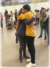 Despedida en el aeropuerto de una madre con su hijo.
